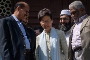 La líder de Hong Kong se disculpó por rociar de azul una mezquita
