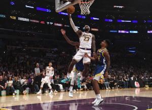 La espectacular asistencia de LeBron James sin mirar a un compañero en victoria de los Lakers (VIDEO)