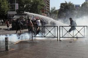Bolsa y peso chileno bajan en apertura tras fin de semana de protestas