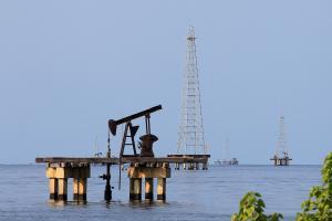 La producción petrolera de Venezuela cayó considerablemente en marzo según encuesta Platts