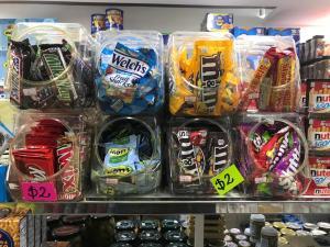Chocolates gringos reinan en los bodegones