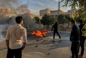 Un policía muerto en Irán durante protestas contra subida de gasolina