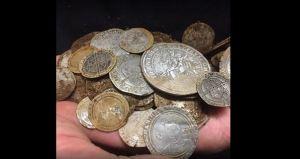 Desentierra miles de dólares en monedas de oro del siglo XVI mientras busca un anillo (Video)