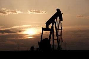 Reservas de crudo en EEUU bajan mucho más de lo previsto y precios del petróleo suben