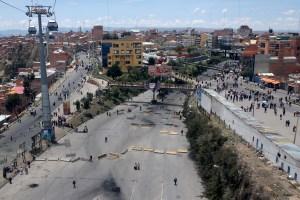 Bolivianos hacen colas por alimentos y combustibles mientras las protestas paralizan carreteras