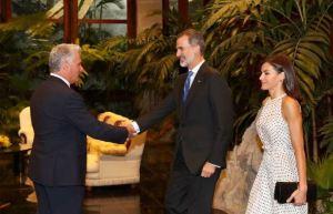 Díaz Canel da la bienvenida a los reyes de España durante una ofrenda a José Martí