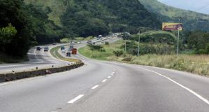 Un camión botó la carga que trasladaba en la Autopista Regional del Centro (Foto)