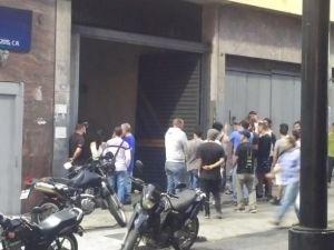 Protesta vecinal logra que PNB desaloje a colectivos que invadieron edificio El Indio en la avenida Urdaneta