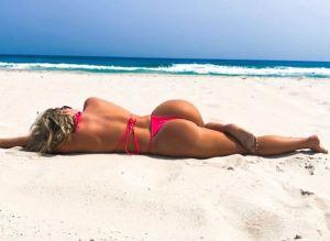¡Rubias, piel dorada, NALGAS y arena! Holly y sus candentes amigas roban miradas en la playa (UFFF)