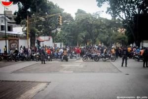 Hasta para brindar apoyo a Evo, motorizados tarifados por Maduro siembran terror en Caracas #12Nov (FOTOS)