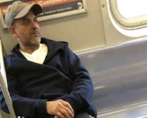 Graban a sádico masturbándose mientras viajaba en el metro