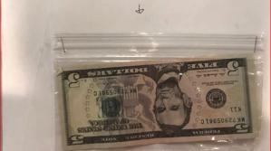 ¡Un gran gesto! Alumno le dio 5$ a su maestra porque ella no ganaba lo suficiente (FOTOS)
