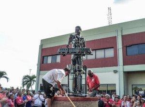 """¡INCREÍBLE! Sustituyeron estatua de La Chinita por una de un Chávez """"Terminator"""" (Foto de ESPANTO)"""