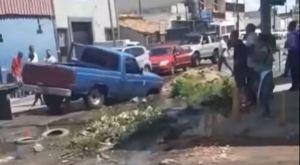 Una camioneta cayó en tremendo hueco en Valencia (video)