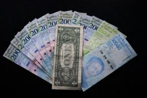 El dólar no frena la hiperinflación en Venezuela