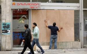 En imágenes: Con tablas de madera y lonas, así se protege Colombia ante posibles disturbios