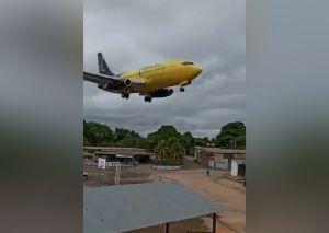 Aviones en Ciudad Bolívar pasan demasiado cerca de las viviendas al momento de aterrizar (video)
