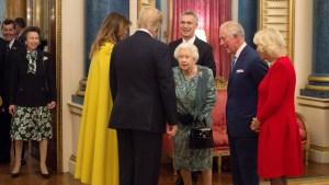 El regaño de la reina Isabel II a su hija por no saludar a Trump que se volvió viral (Video)