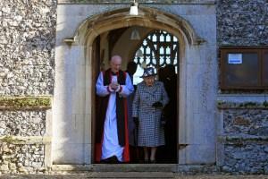 """¡Pica y se extiende! La reina Isabel fue a misa con su hijo acusado de pedofilia tras el """"Megxit"""""""