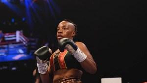 Una boxeadora pierde en una sola pelea sus dos títulos mundiales… y su peluca (Video)