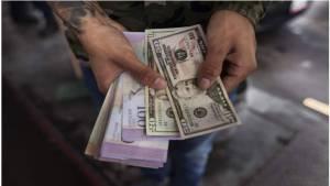 El chiste se cuenta solo: Chavistas anti-imperialistas exigen cobro de dólares en locales comerciales (VIDEO)