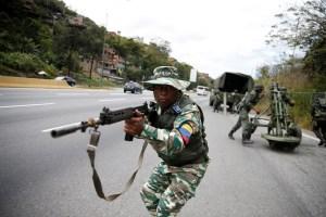 """Fusiles invisibles y tanquetas accidentadas: Maduro y """"la costra"""" que pretende meterle miedo a Trump (VIDEOS)"""