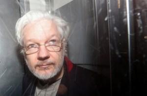 """Julian Assange dice que """"oye voces"""" en la cárcel y tiene instintos suicidas"""