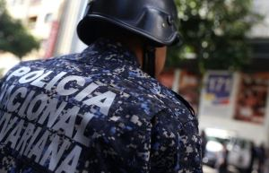 ¡Malos policías y malos choros! Detenidos tres PNB por robar un teléfono Blu en Caracas