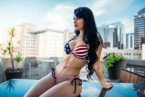 Jailyne Ojeda incendió las redes con su exorbitante MALETA XXXL en bikini (Fotos y videos)