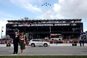 Donald Trump dio la salida de las 500 millas de Daytona junto a Melania (Video)