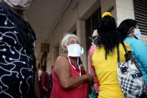Cubanos desafían al coronavirus para buscar los alimentos cada vez más escasos
