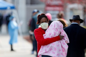 En pandemia, el tapabocas separa a las madres y sus bebés