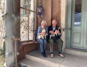 Carlos y Camila celebran su aniversario con una fotografía junto a sus perros