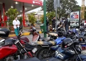 Gasolina Vs. Salario mínimo: La lapidaria comparativa mundial que esconde Maduro (Gráficos)