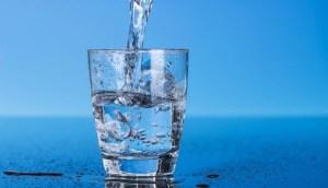 ¿Beber agua reduce los efectos secundarios de la vacuna contra el coronavirus?