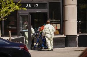 Las muertes por coronavirus en hogares de ancianos de EEUU superan los 10,000