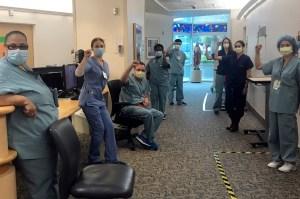 El hospital de California restablece a las enfermeras suspendidas que exigieron máscaras