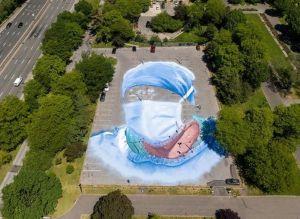 Obra colosal de artista latino honra a víctimas invisibles del coronavirus en Queens