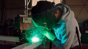 """Youtubers crearon un guante como el de """"Iron Man"""" capaz de cortar metales (Video)"""