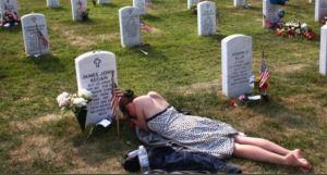 La historia detrás de la conmovedora foto de una mujer sobre la tumba de su prometido