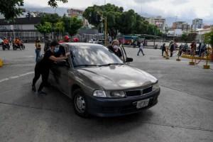 Venezolanos despiertan de su sueño petrolero y compran gasolina a nuevos precios