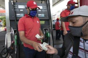 Venezuela levanta cuarentena ante temor del quiebre de empresas y coloca en marcha nuevo precio de combustible