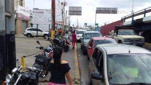 """Se """"flexibiliza"""" la cuarentena en Venezuela… pero no las colas de gasolina (FOTOS)"""