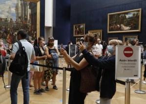 El Louvre de París reabre sus puertas sin su habitual público extranjero