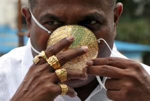 ¿Protección o lujo?: Un indio lleva una mascarilla de 2,5 kilos de oro (Fotos)
