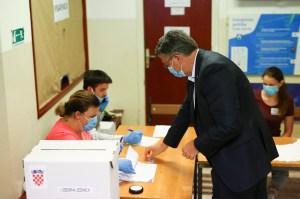 Los croatas votan en unas reñidas elecciones legislativas