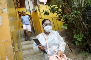 """""""Esto es muy duro"""": El calvario para pagar medicamentos contra el Covid-19 en Venezuela"""