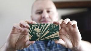 """""""Dólares Covid"""": Una ciudad de EEUU emite en madera su propia moneda debido a la pandemia (FOTOS)"""