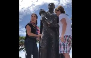 Venezolanos quitaron un graffiti en estatua de Simón Bolívar tras ser vandalizada en Miami (Video)