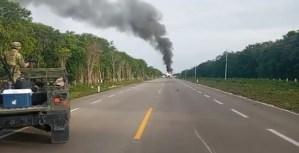 VIDEOS: Una aeronave se desploma y se incendia en una carretera en México